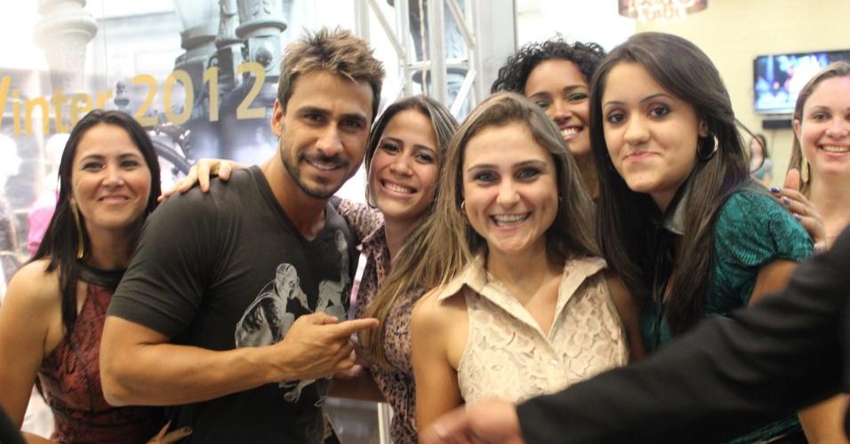 O ator Júlio Rocha é assediado por fãs após desfile em Cianorte, no Paraná (26/3/12)