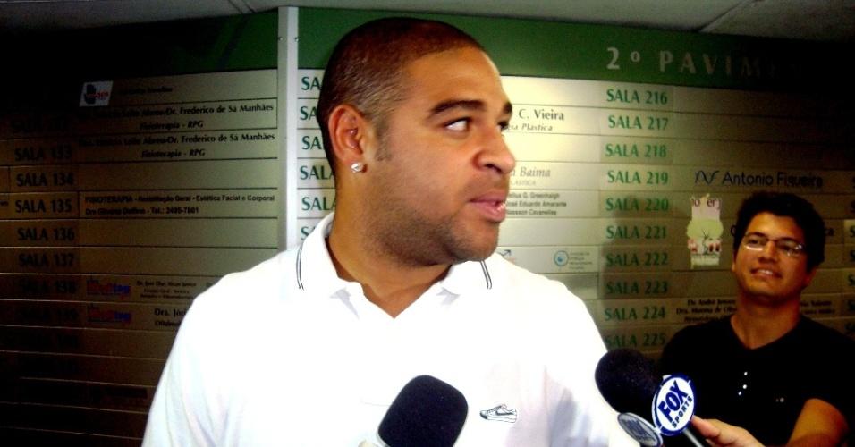Solícito, Adriano conversa com jornalistas antes de reunião com médicos do Flamengo (26/03/2012)