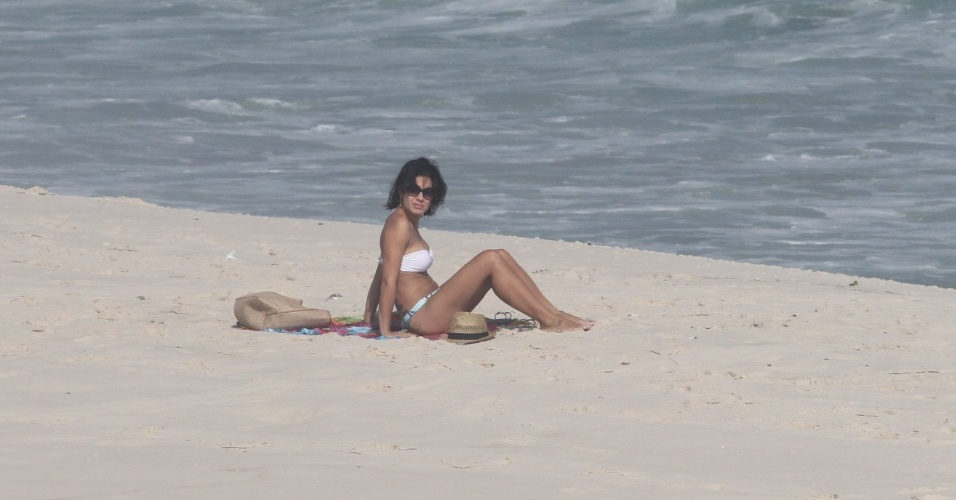 Sozinha, Juliana Knust curte praia na zona oeste do Rio (26/3/2012). A atriz esteve no ar em &#34;Fina Estampa&#34;, onde viveu Zuleika