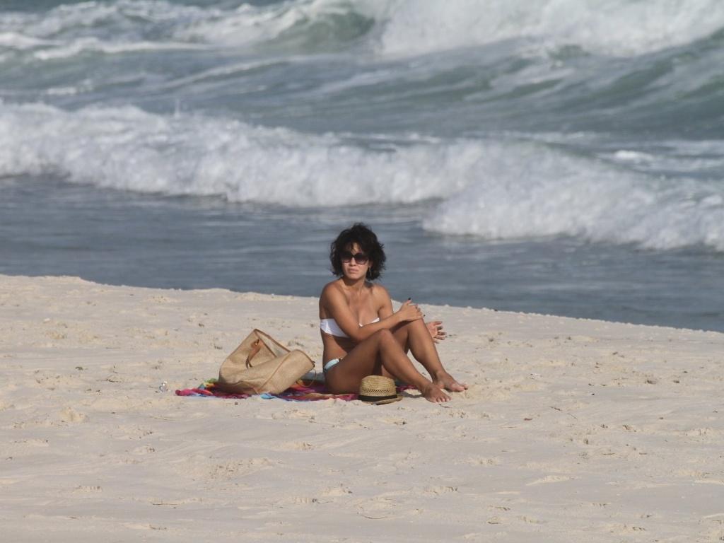 Sozinha, Juliana Knust curte praia na zona oeste do Rio (26/3/2012). A atriz esteve no ar em