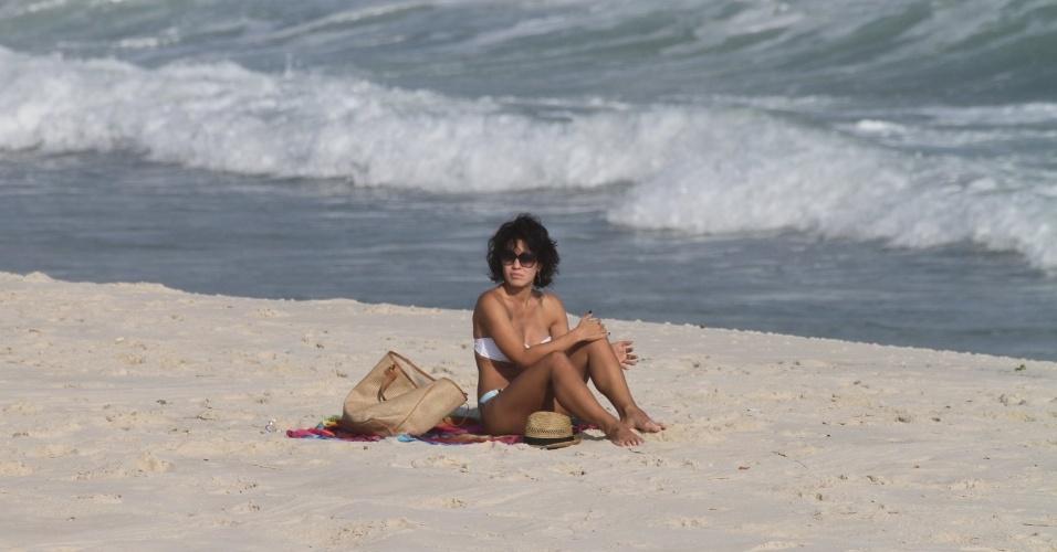 """Sozinha, Juliana Knust curte praia na zona oeste do Rio (26/3/2012). A atriz esteve no ar em """"Fina Estampa"""", onde viveu Zuleika"""