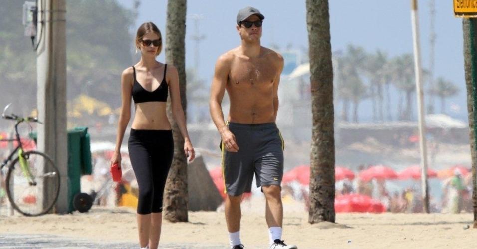 Yasmin Brunet e o namorado, Evando Soldati, caminham pela orla da praia de Ipanema, zona sul do Rio (26/3/2012)