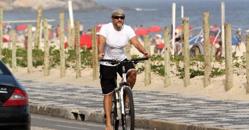 Ator Antônio Calloni aproveita o sol e anda de bicicleta na orla de Ipanema (27/3/12)