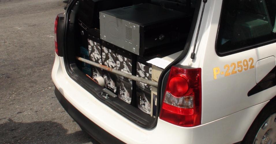 Computadores e barra de ferro apreendidos com membros da Gaviões da Fiel pela Polícia Civil para procurar pistas sobre a briga do domingo