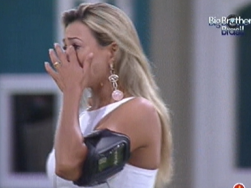 Fabiana chora ao ouvir msica 