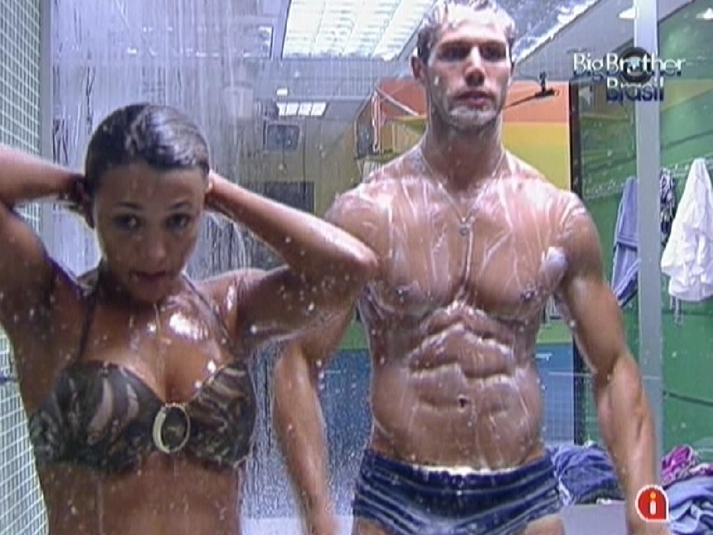 Fabiana e Jonas tomam banho juntos (27/3/12)