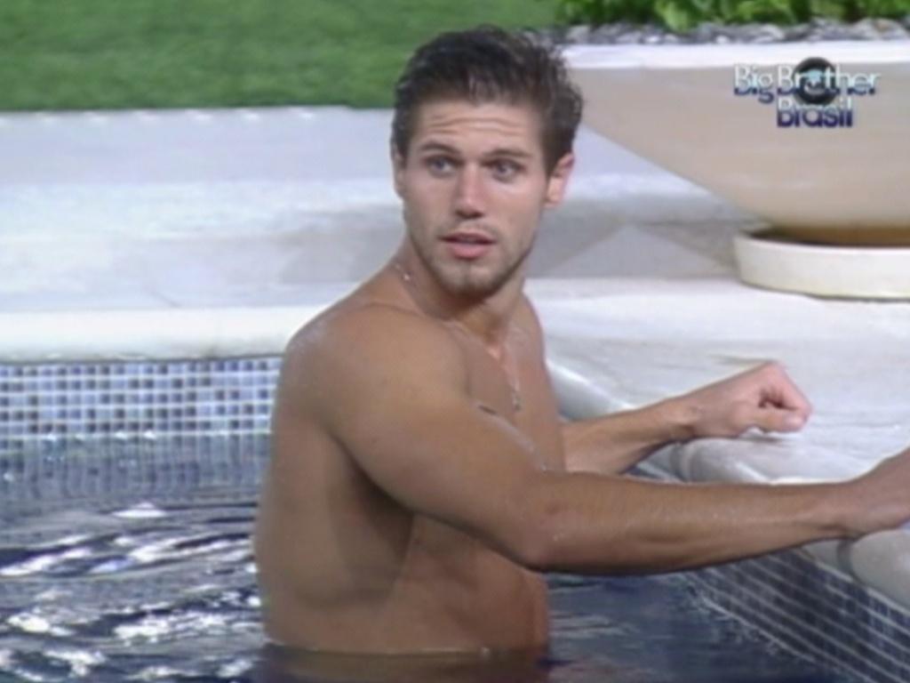 Jonas aproveita a piscina na noite desta segunda-feira (26/3/12)