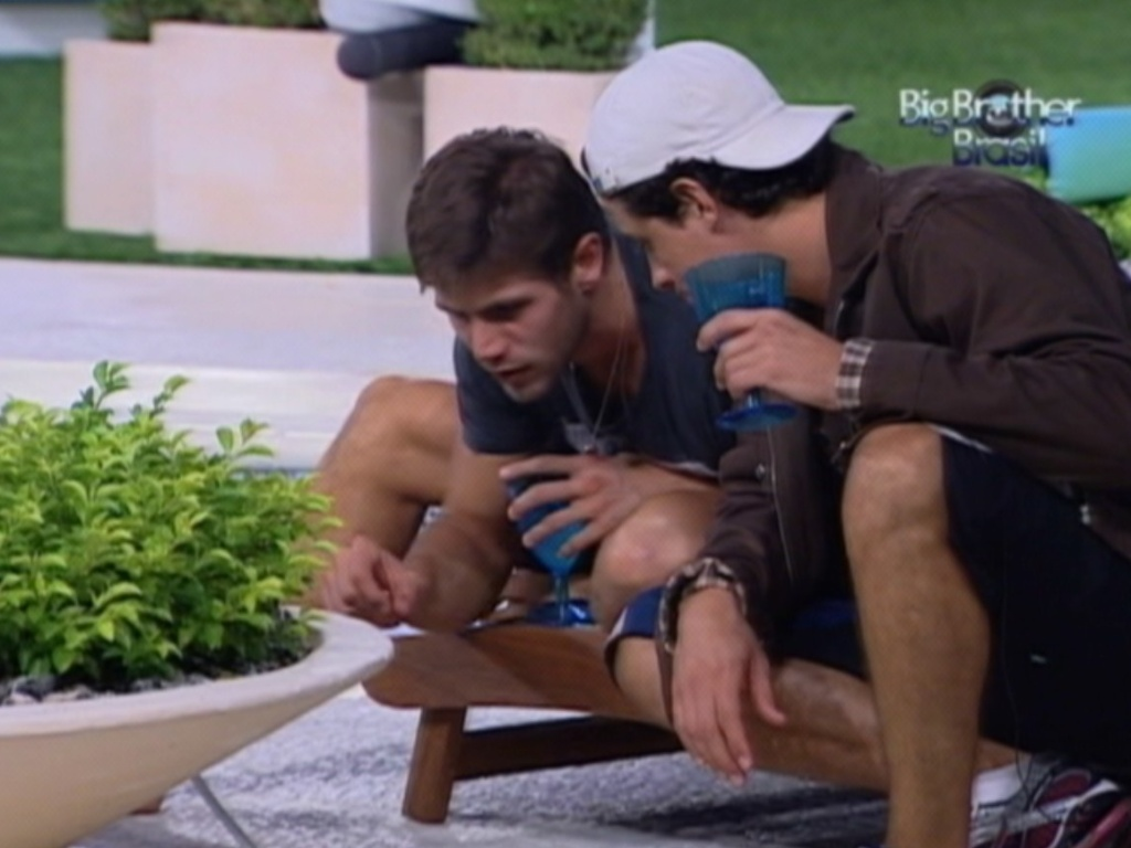 Jonas e Fael se entretem com formigas no jardim da casa (26/3/12)