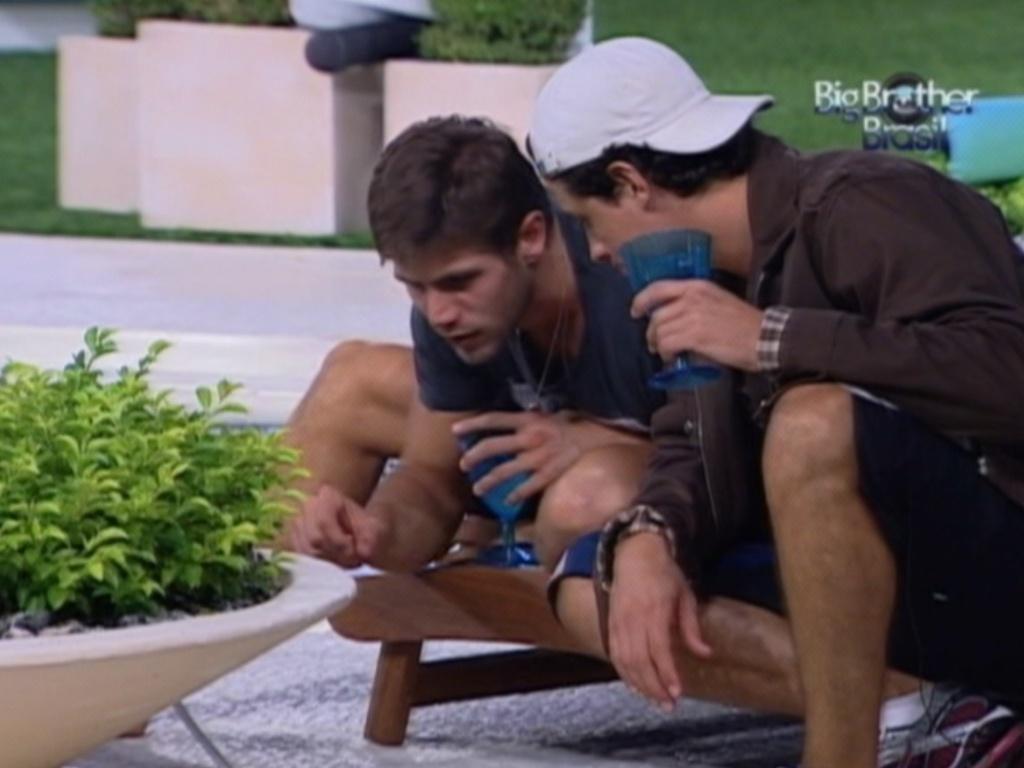 Jonas e Fael se entretem com formigas no jardim da casa (26/3/12)