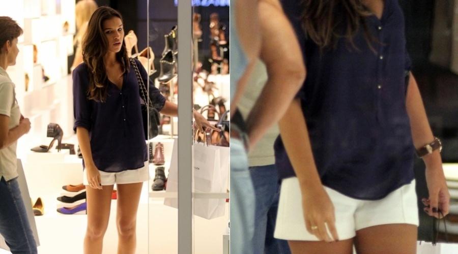 Mariana Rios passeia em shopping da zona oeste do Rio (27/3/2012)
