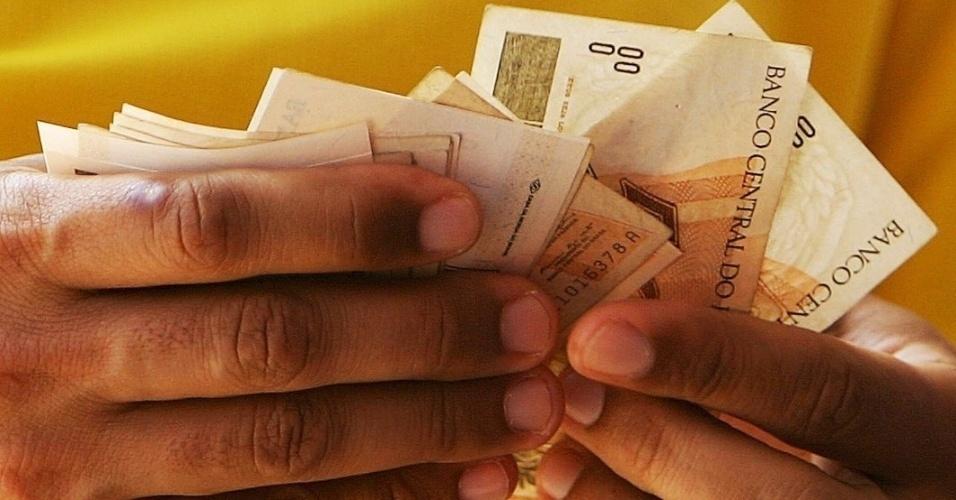 Mídia Indoor, wap: Dinheiro; homem conta dinheiro; grana; salário; gastos; pagamento