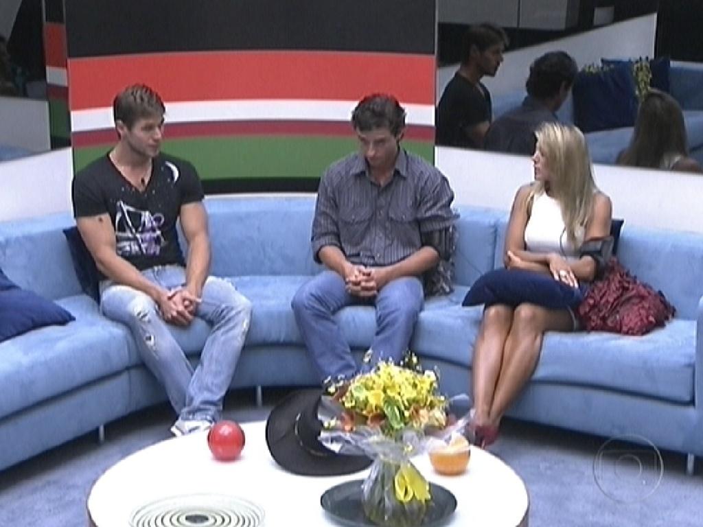 Na sala, Jonas, Fael e Fabiana esperam pela última eliminação do
