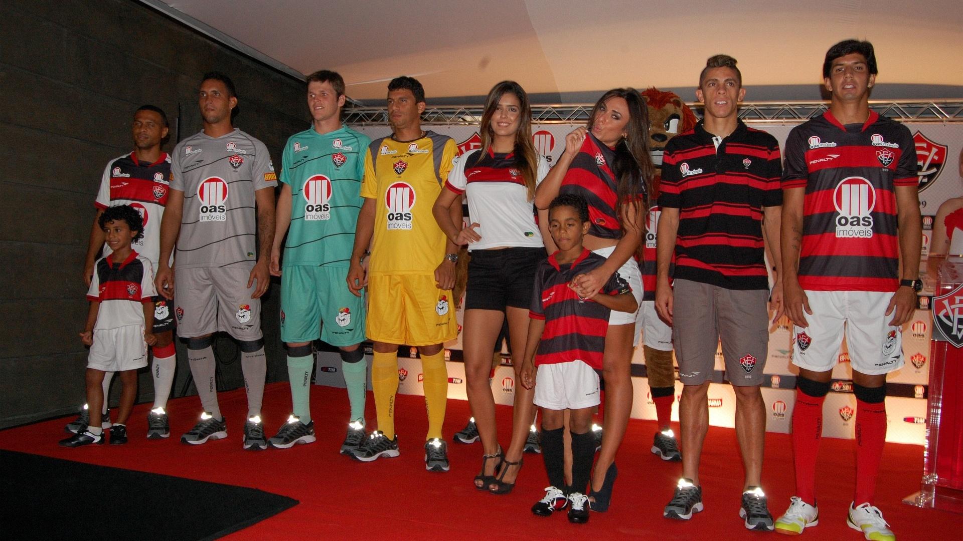 Nicole Bahls, ex-Panicat, ao lado dos jogadores do Vitória durante inauguração da loja oficial do clube, no Barradão (27/03)