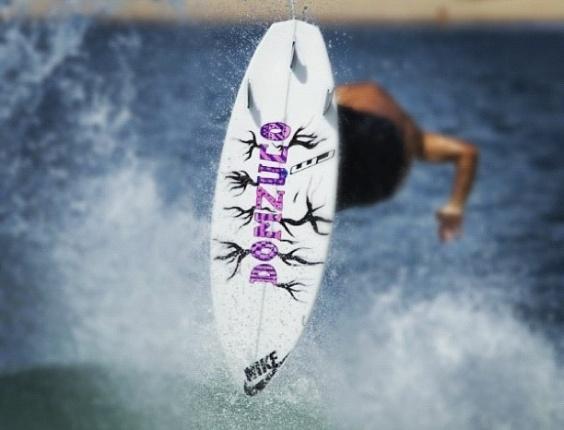 O surfista Pedro Scooby encomenda prancha com o apelido do filho, Domzuco (27/3/12)