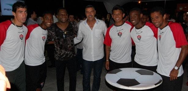 Técnico Toninho Cerezo e os jogadores rubro-negros marcaram presença na festa de apresentação dos novos uniformes do Vitória (27/03/2012)