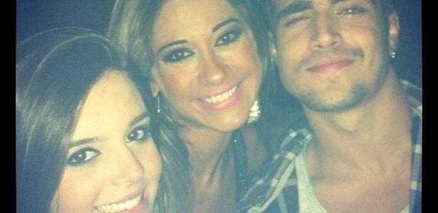 A ex-BBB Mayra Cardi publicou uma foto sua com os atores Giovanna Lancellotti (esq.) e Caio Castro na balada.