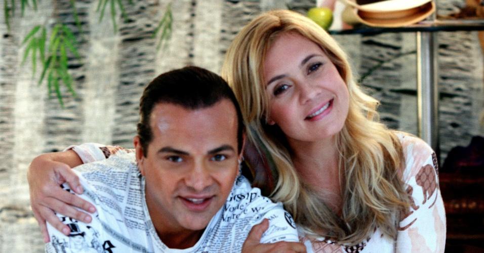Adriana Esteves posa ao lado do cabeleireiro Flavio Priscott em salão no Rio (28/3/12)