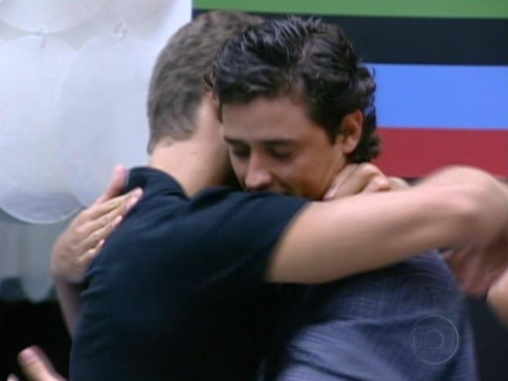 Antes de deixar a casa, Jonas abraça Fael e diz que ele é seu
