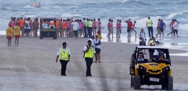 Buscas por adolescente desaparecido no mar mobilizam praia australiana de Kurrawa