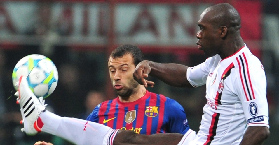 Clarence Seedorf disputa a bola com o argentino Mascherano durante partida do Milan contra Barcelona