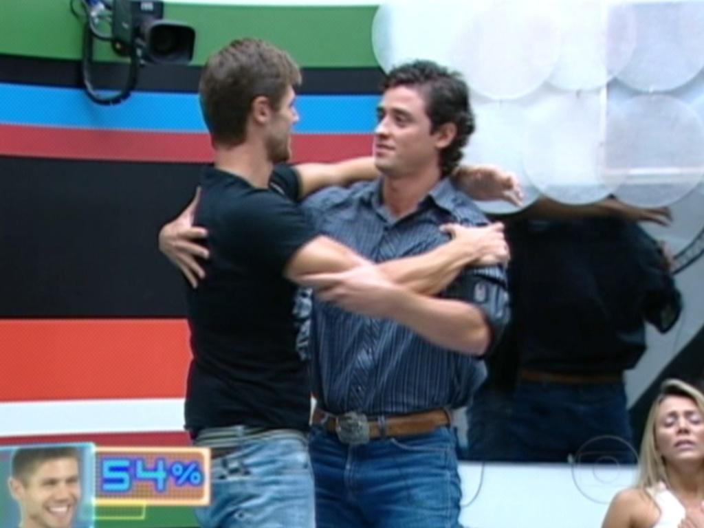 Depois de ser eliminado com 54% dos votos, Jonas abraçou Fael e agradeceu pela disputa (27/3/12)