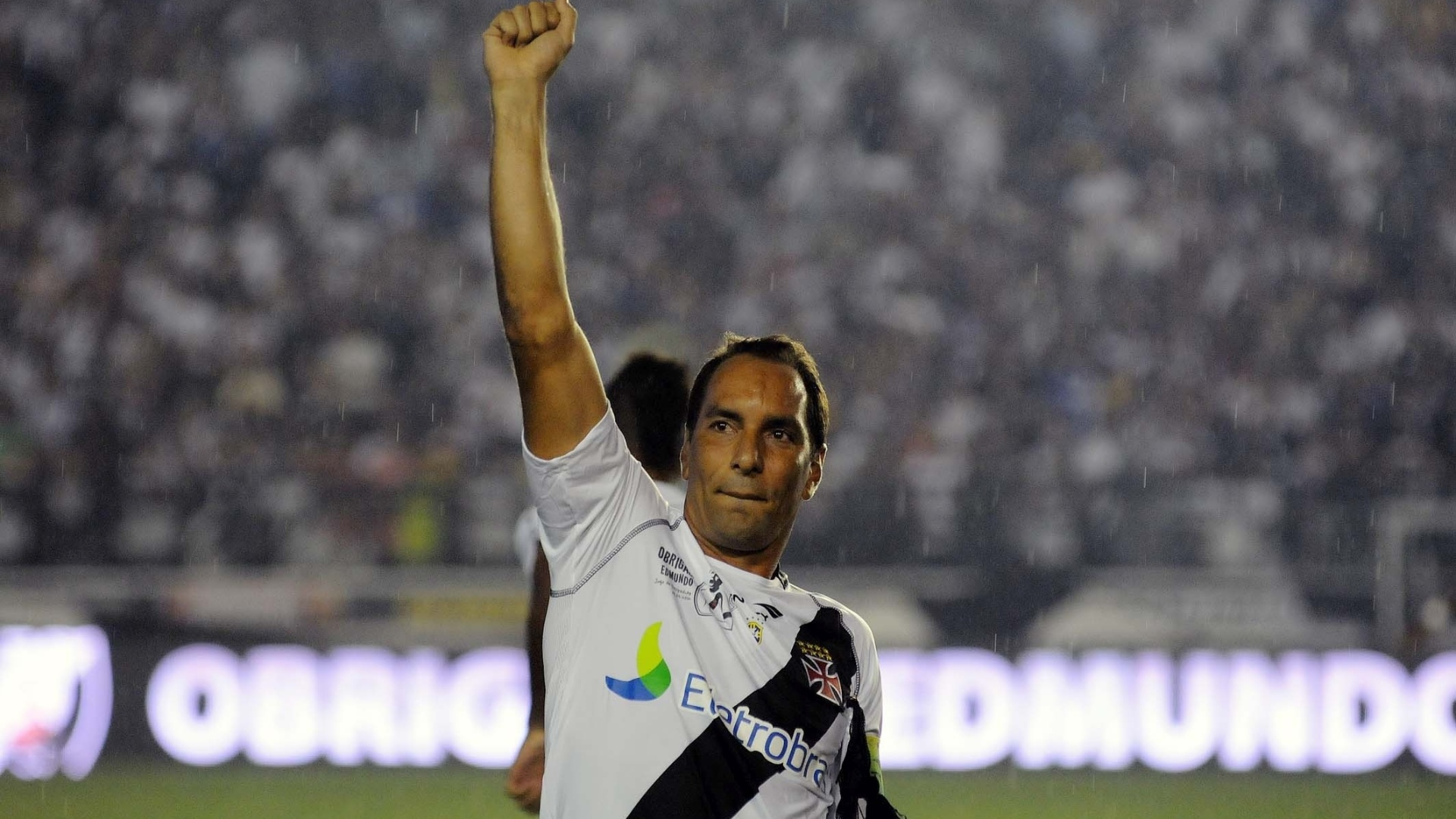 Edmundo acena para a torcida do Vasco antes de seu jogo de despedida, contra o Barcelona (EQU)