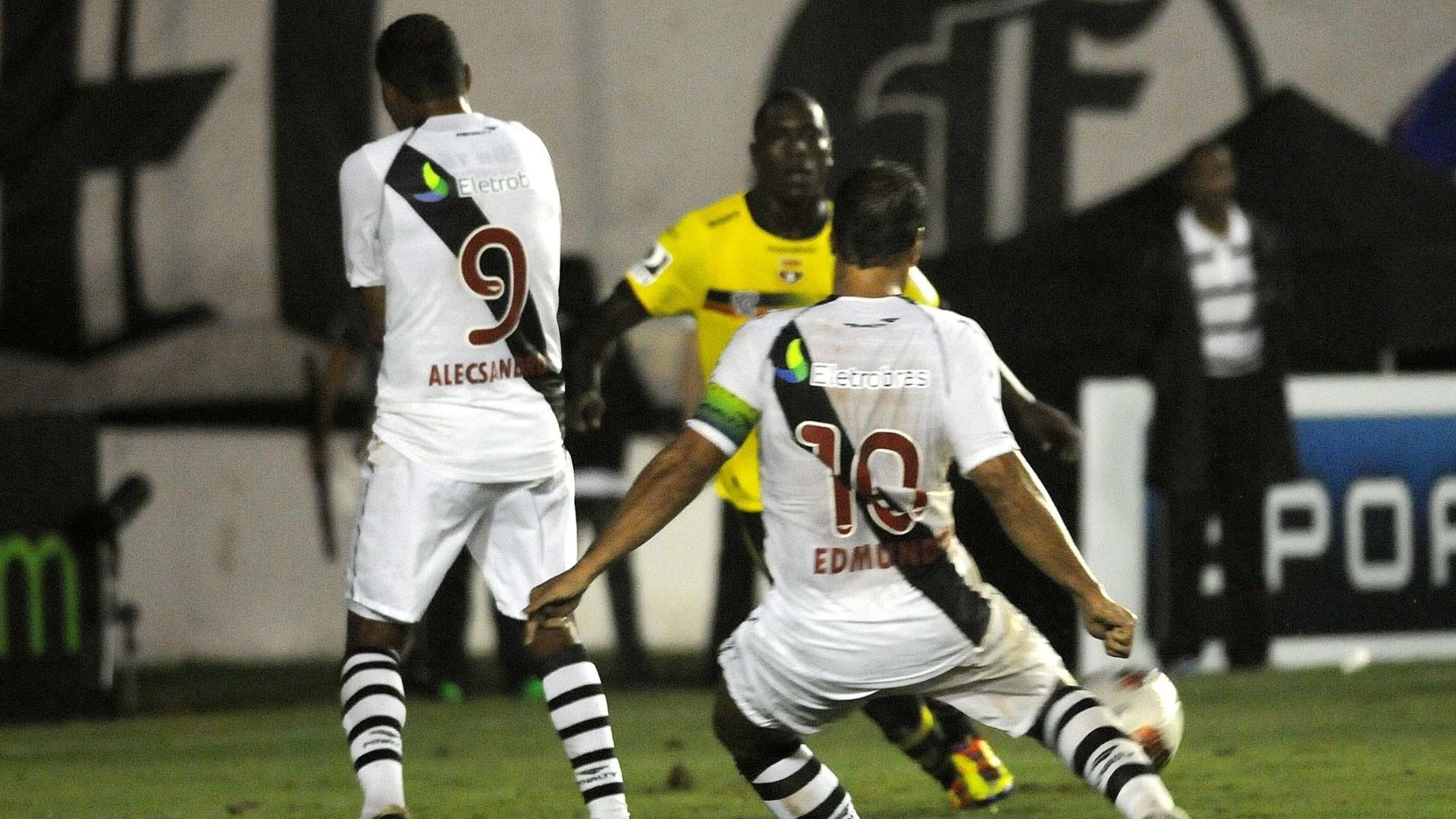 Edmundo chuta para marcar seu segundo gol na goleada do Vasco sobre o Barcelona (EQU), na despedida do atacante