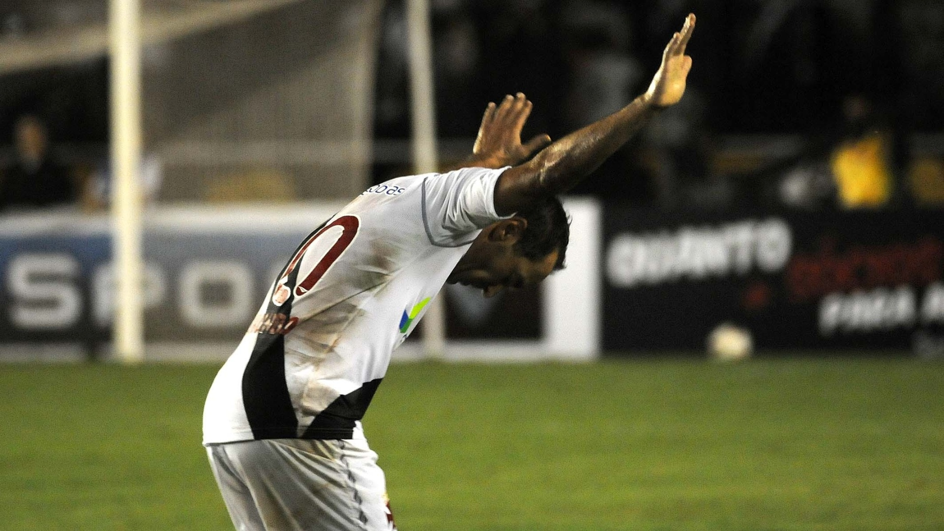 Edmundo comemora depois de marcar no jogo de despedida pelo Vasco, contra o Barcelona (EQU)