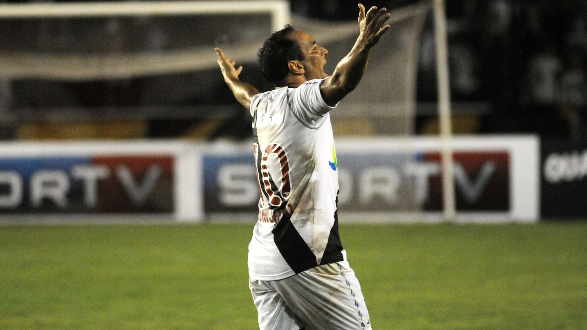 Edmundo comemora depois de marcar no jogo de despedida pelo Vasco, contra o Barcelona (EQU), em So Janurio