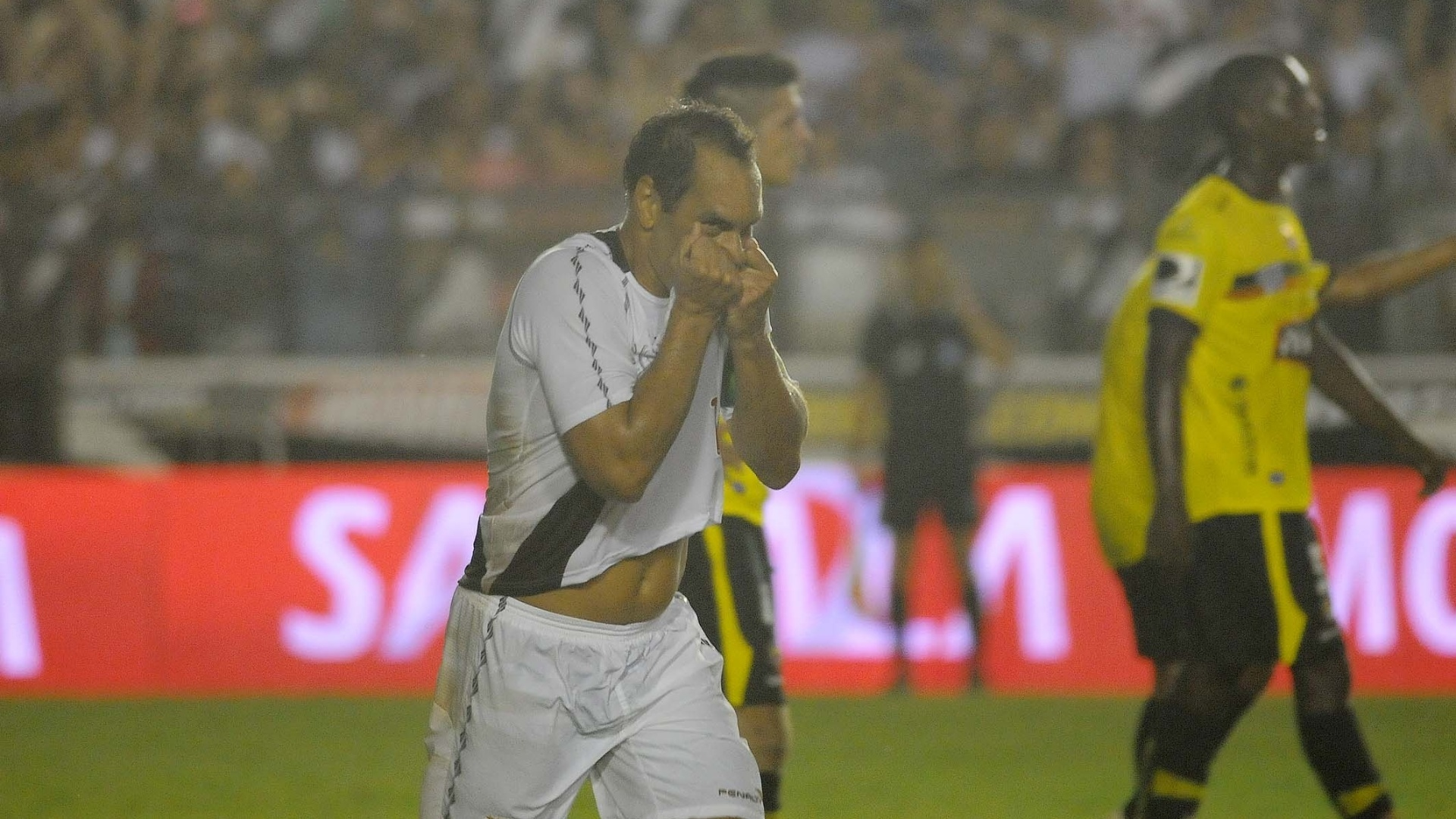 Edmundo comemora depois de marcar no jogo de despedida pelo Vasco, diante do Barcelona (EQU)