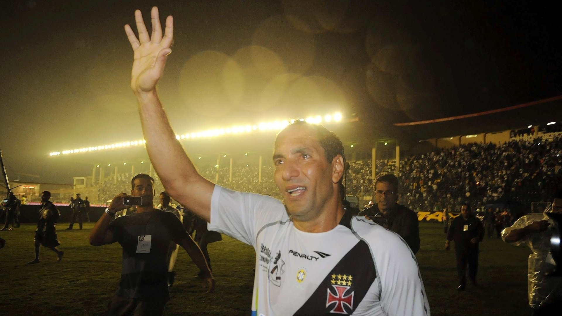 Edmundo, emocionado, acena para a torcida do Vasco aps o seu jogo de despedida, contra o Barcelona (EQU), em So Janurio
