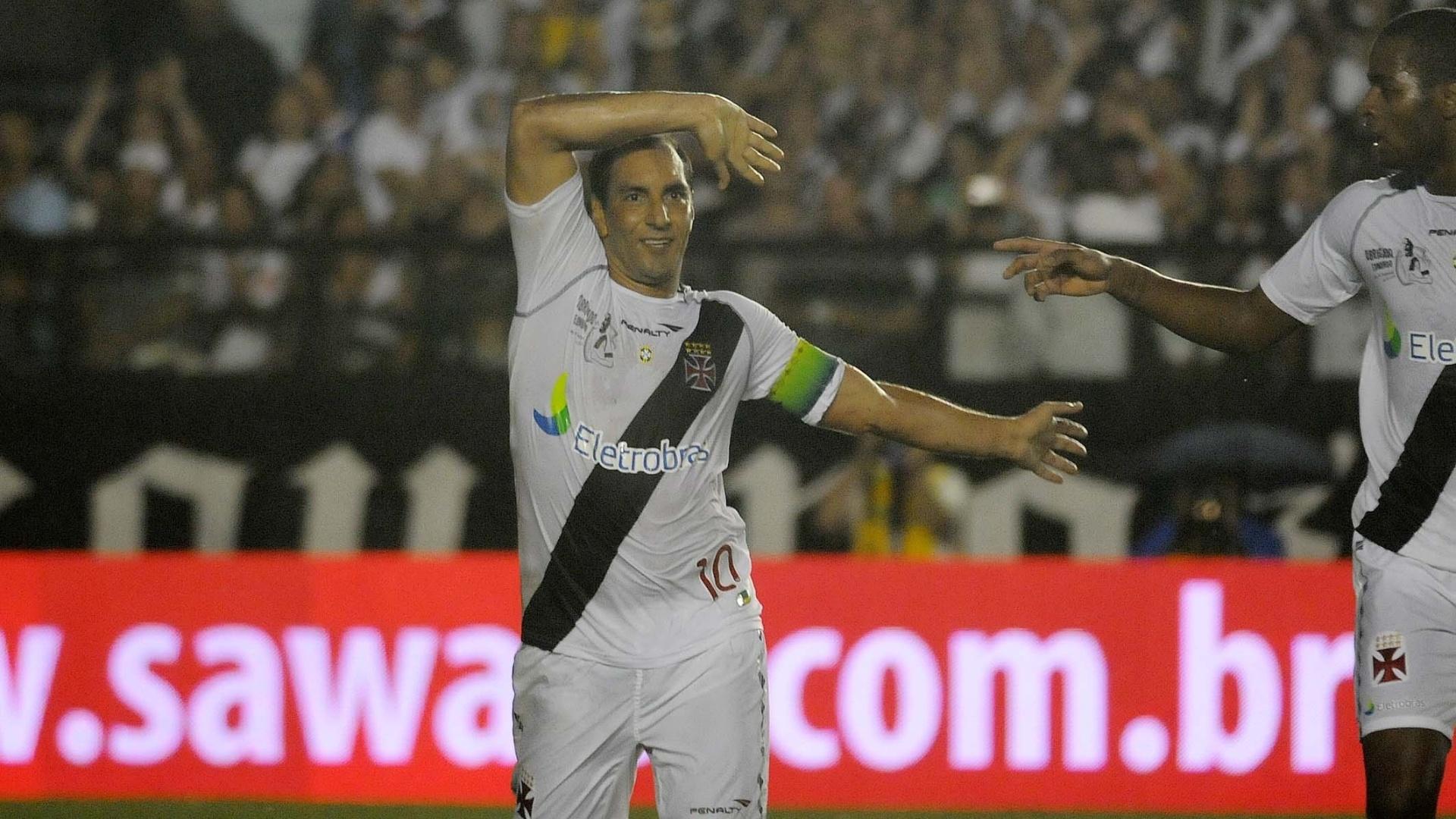 Edmundo faz sua tradicional comemoração ao marcar seu segundo gol na partida de despedida pelo Vasco, contra o Barcelona (EQU)