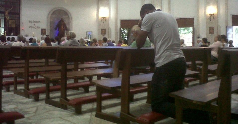 Em recuperação de cirurgia no coração, Renato Abreu reza na igreja de São Judas Tadeu (28/03/2012)