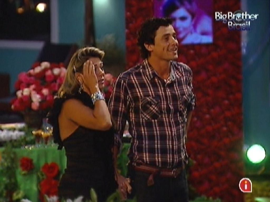 Fabiana e Fael assistem a clipe com imagens do