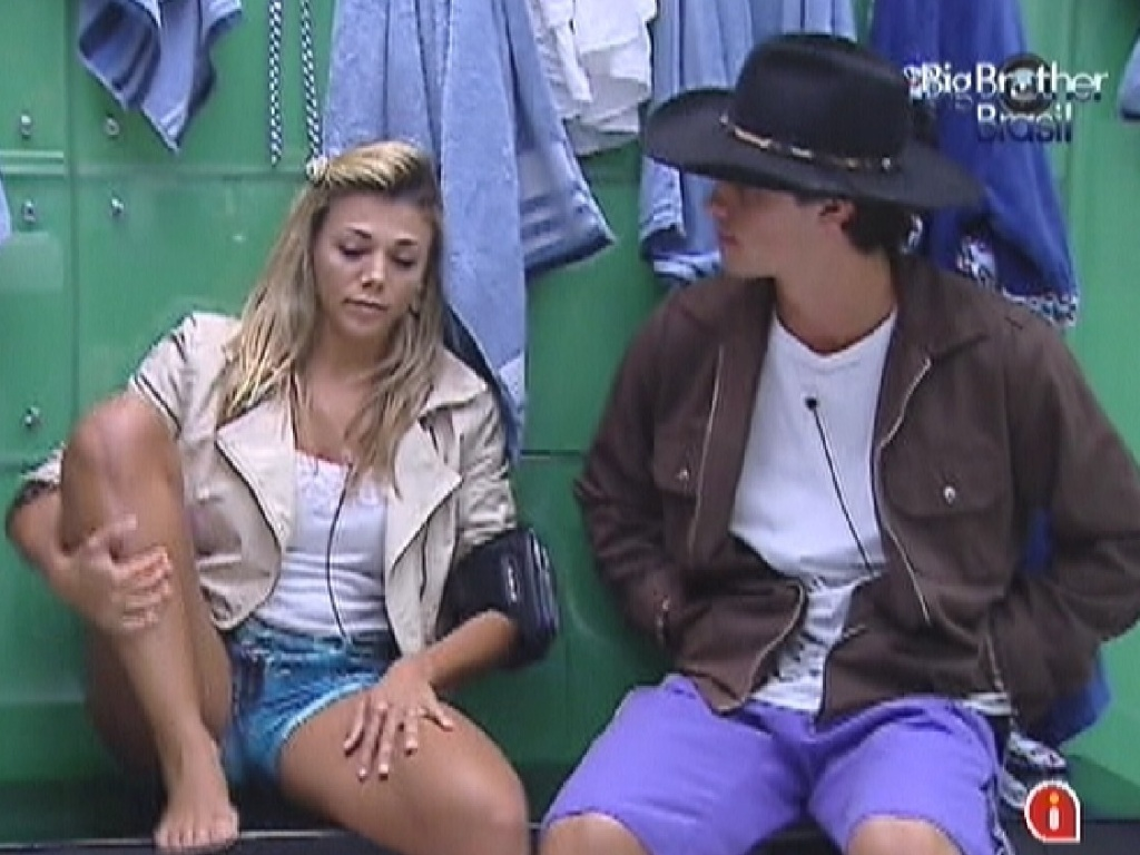 Fabiana e Fael conversam no banheiro da casa (28/3/12)