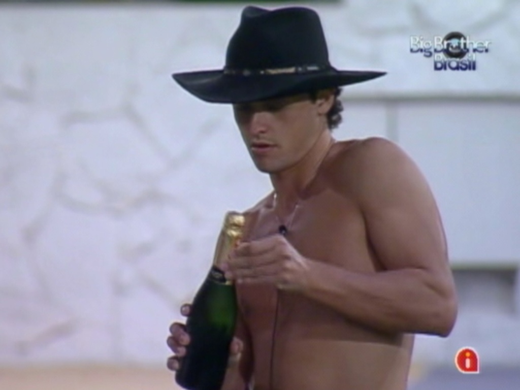 Fael abre champagne no jardim (28/3/12)