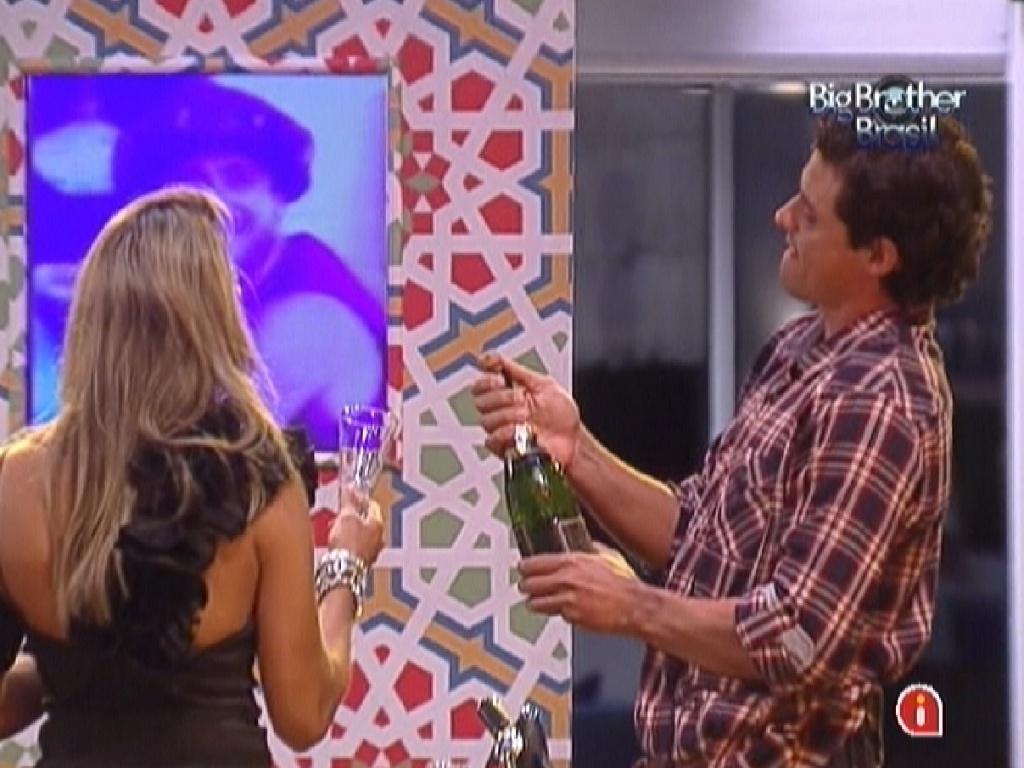 Fael abre garrafa de champanhe durante a