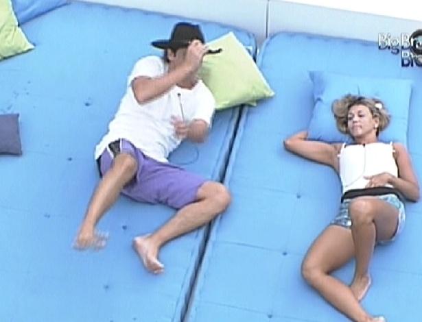 Fael e Fabiana aguardam manutenção da casa deitados no futon (28/3/12)