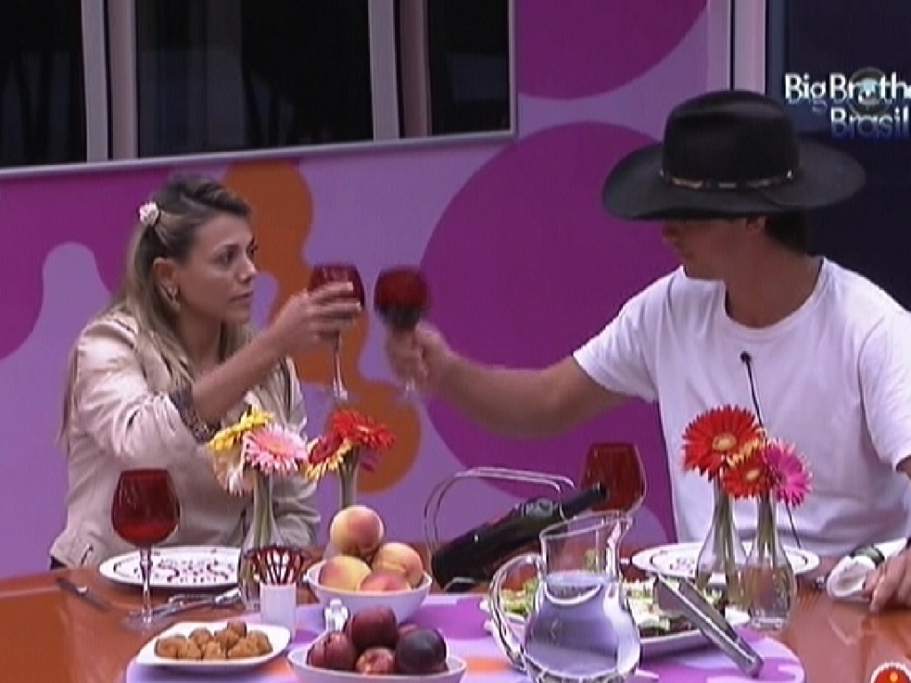 Fael e Fabiana brindam durante almoo surpresa (28/3/12)