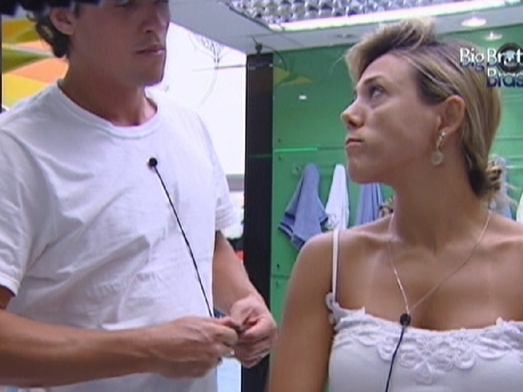 Fael e Fabiana conversam no banheiro (28/3/12)