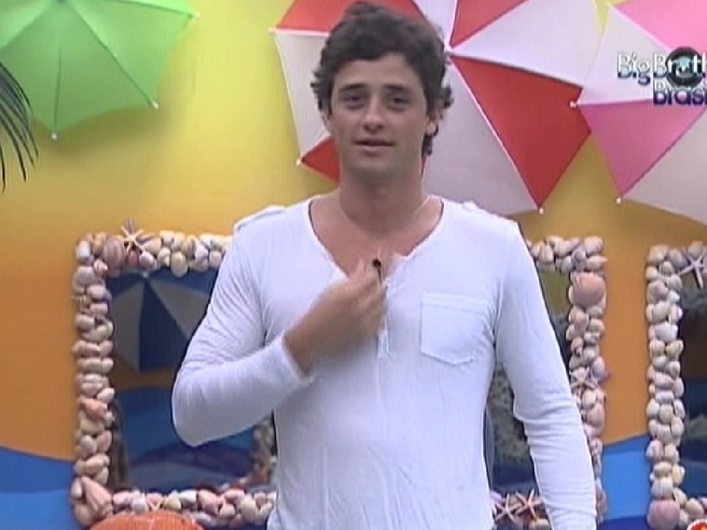Fael experimenta camiseta que ganhou de Jonas (28/3/12)