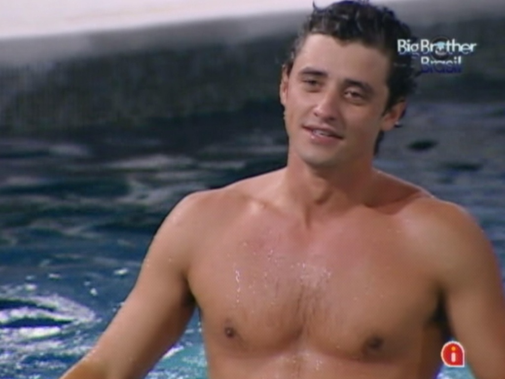 Fael pulou na piscina para comemorar vitria no ltimo paredo (27/3/12)