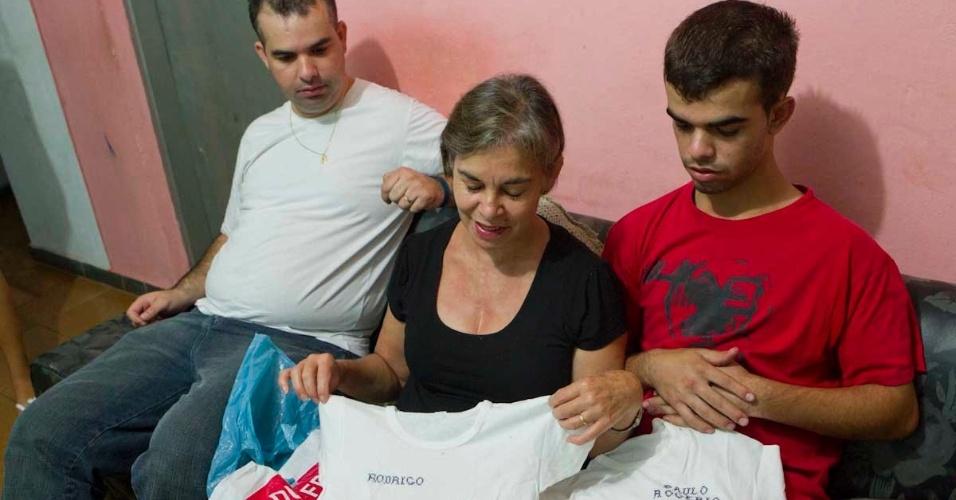 Ivone de Gasperi (centro) exibe camisa com o nome do filho, Rodrigo de Gasperi, que morreu em 1992 em um confronto entre as torcidas de Corinthians e São Paulo