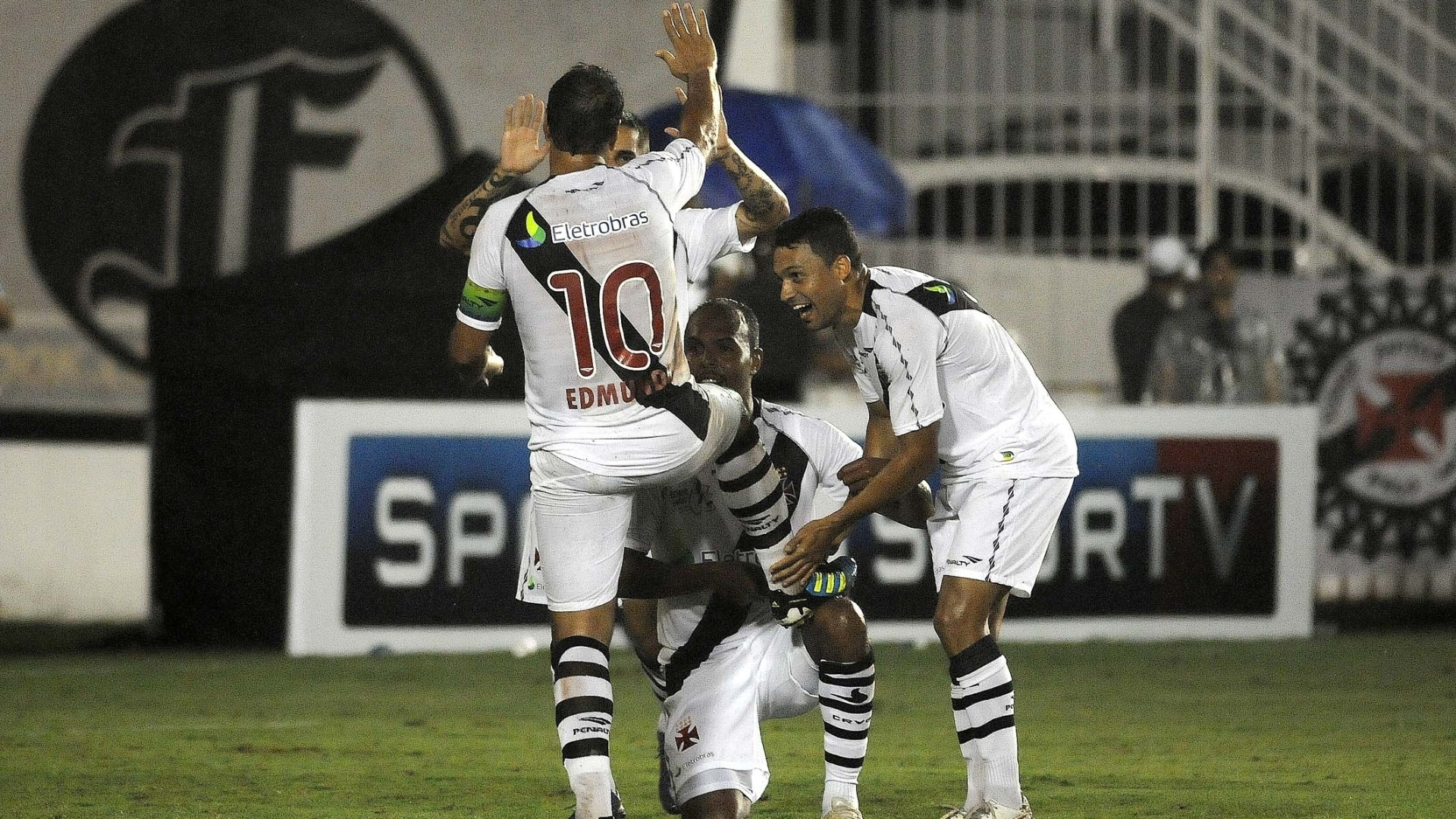 Jogadores do Vasco engraxam a chuteira de Edmundo na partida de despedida do atacante com a camisa do clube carioca