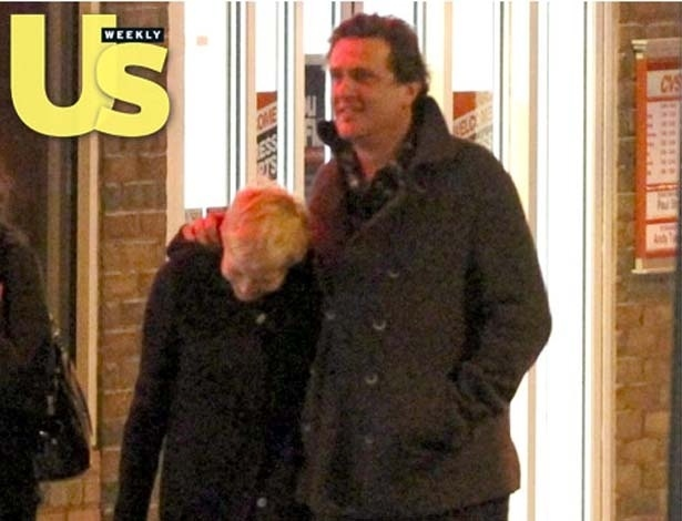 Michelle Williams e Jason Segel caminham em Nova York (24/3/12)