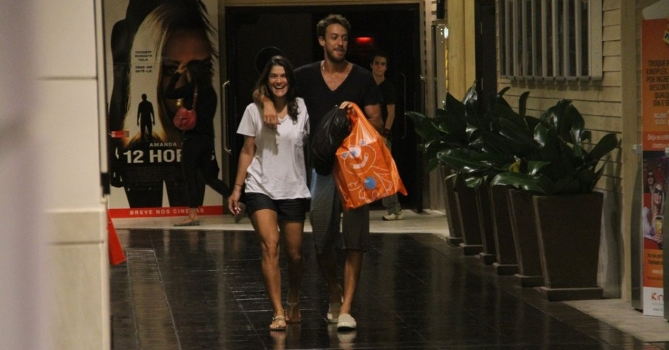 Priscila Fantin e seu marido, Renan Abreu, passeiam em shopping do Rio (27/3/12)
