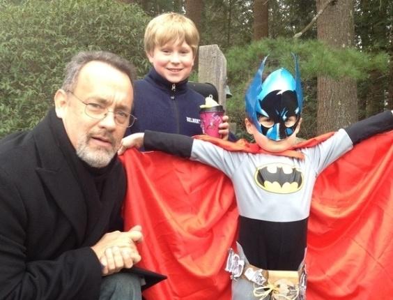 Tom Hanks ao lado de duas crianças em foto publicada em seu Twitter