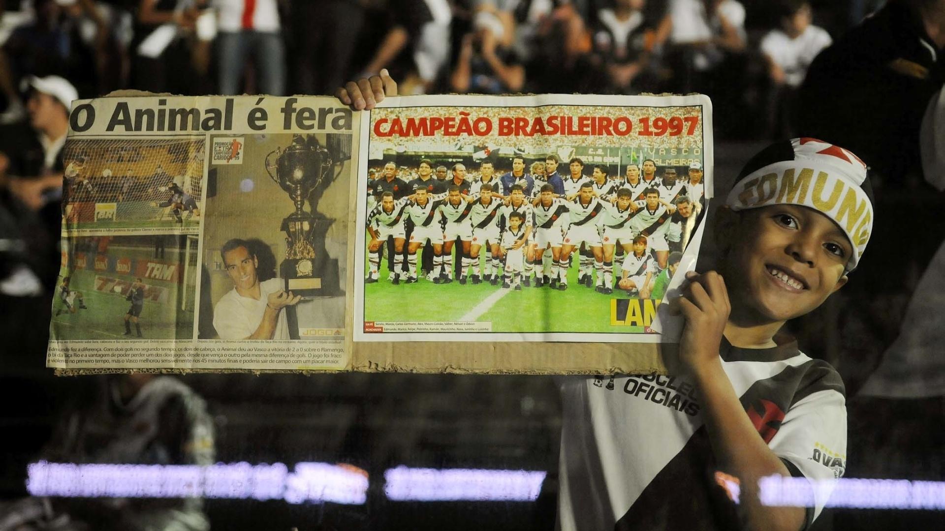 Torcida do Vasco exibe cartazes de homenagem a Edmundo antes da despedida do ex-atacante