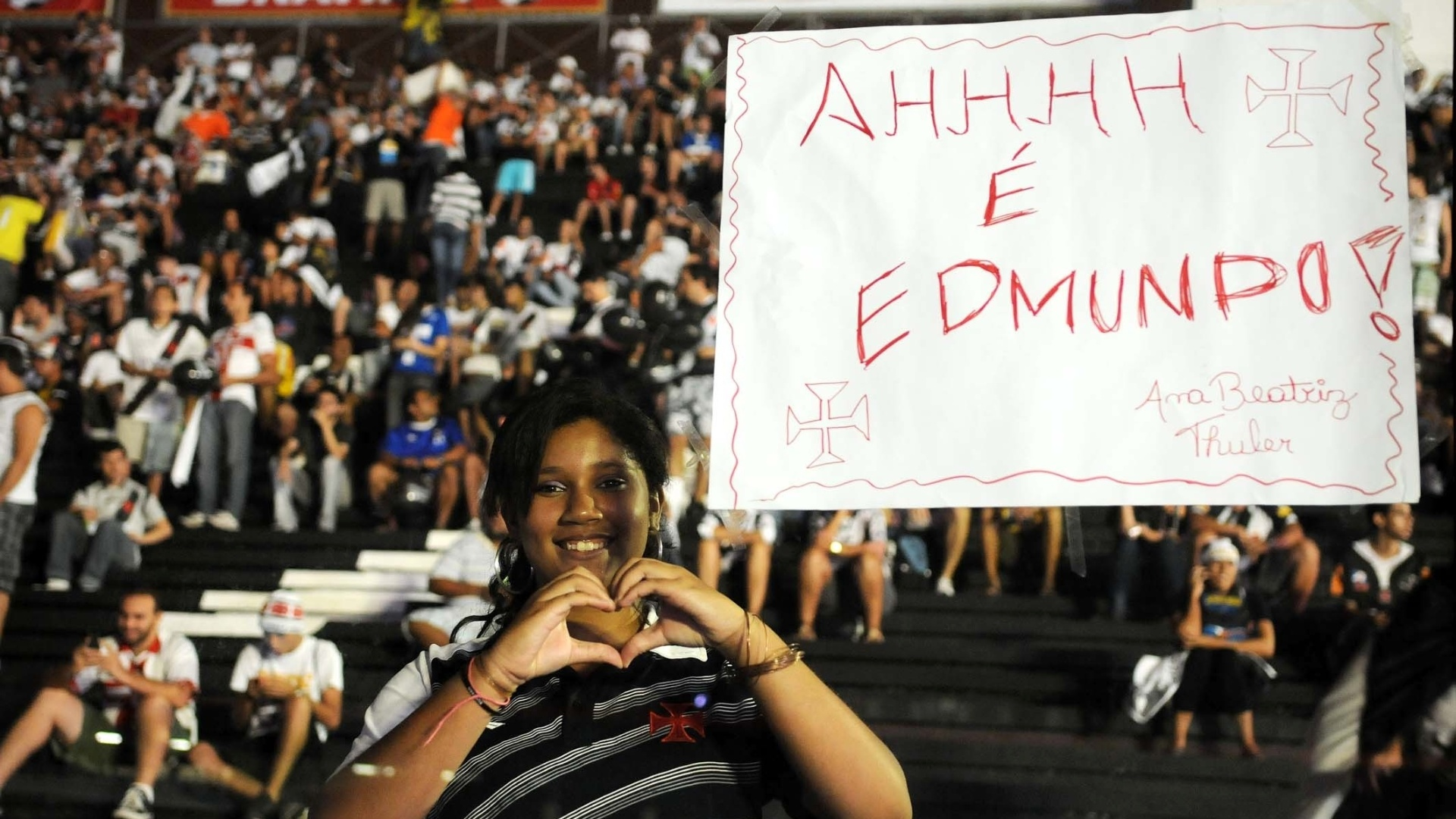 Torcida do Vasco exibe cartazes de homenagem a Edmundo antes da despedida do ex-atacante