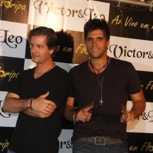 Victor e Leo posam para foto nos bastidores da gravação do DVD